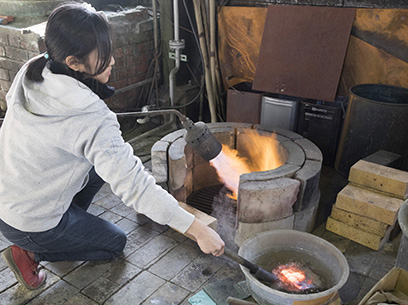 金属を解ける寸前の温度まで熱し、液の中で急冷する「硼砂焼き」。一枚一枚違った味わいの緋銅色が出る