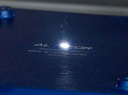 販売促進や営業活動のほかに、レーザー照射で着色した 鋳物プレートに文字を浮き上がらせる作業もこなす