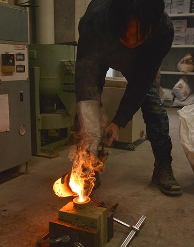 高岡市デザイン・工芸センターの 鋳造場を利用して作品作りを行っている