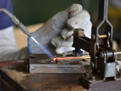 優しい先輩職人に教わりながら、細かな溶接作業も行う。