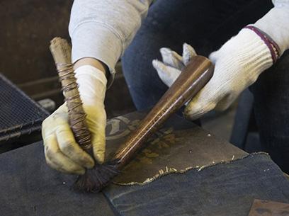 鉄をお酢に数年~数十年漬け込んだ鉄漿液を使い、 金属を熱しては鉄漿液で掃くを繰り返す「おはぐろ」。 徐々にツヤのある飴色を作り出す