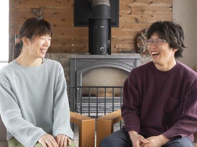 「たくましく育つ子どもたちの成長が楽しみ」と、笑顔で話す青沼さん夫妻。