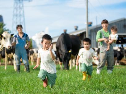 広々とした放牧地を思いっきり駆け回る、元気いっぱいな子どもたち。
