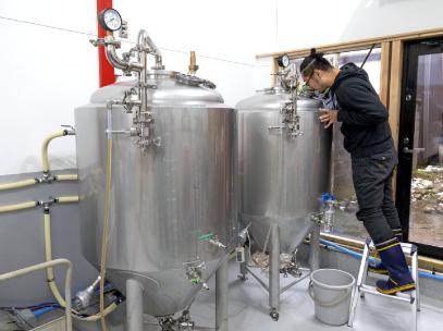 店舗奥につくった醸造所も自身でリノベーション。原料の組み合わせ次第でいろんなスタイルのクラフトビールができる。
